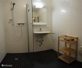 De luxe badkamer (2014) is voorzien van een ruime inloopdouche
