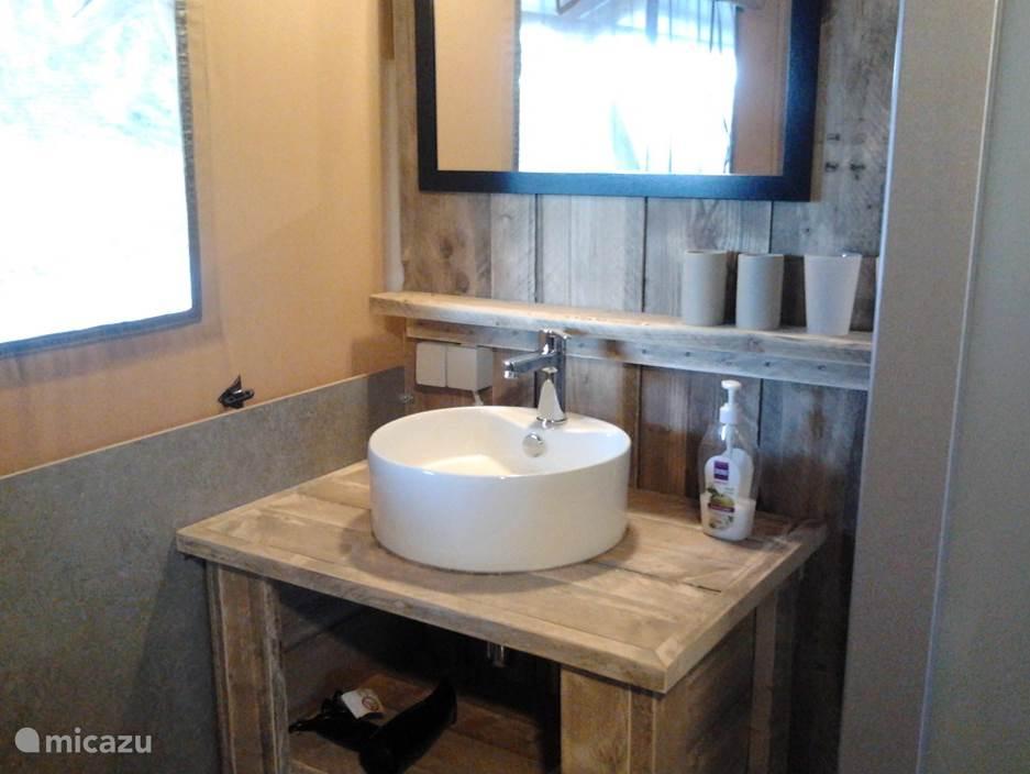 Wastafel in de badkamer in Casa Matsu.