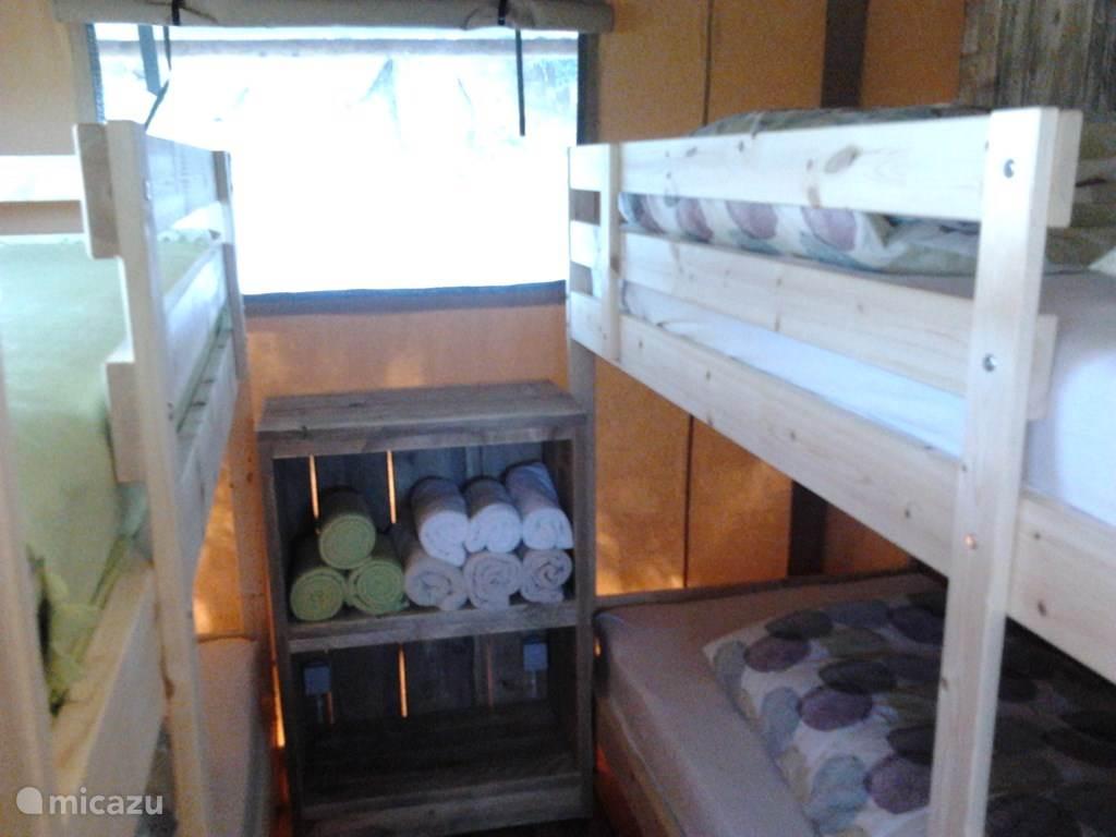 Slaapkamer met 2 stapelbedden.