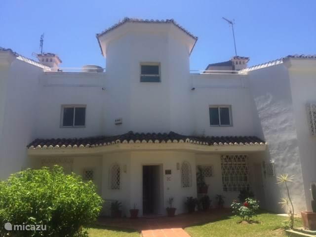 De voorkant van ons huis, met een spaanse uitstraling.
