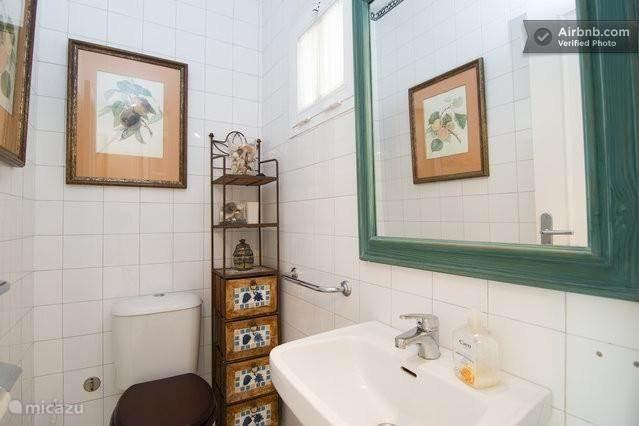 Een zelfstandig toilet op de benedenverdieping
