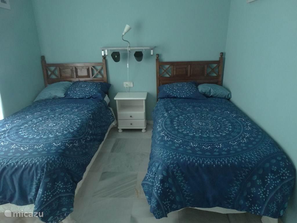 Nogmaals de 2e slaapkamer, met 2 losse bedden die ook tegen elkaar geplaatst kunnen worden