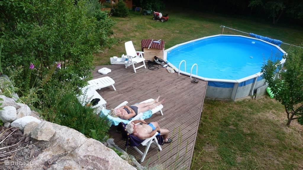 Het privé zwembad met terras