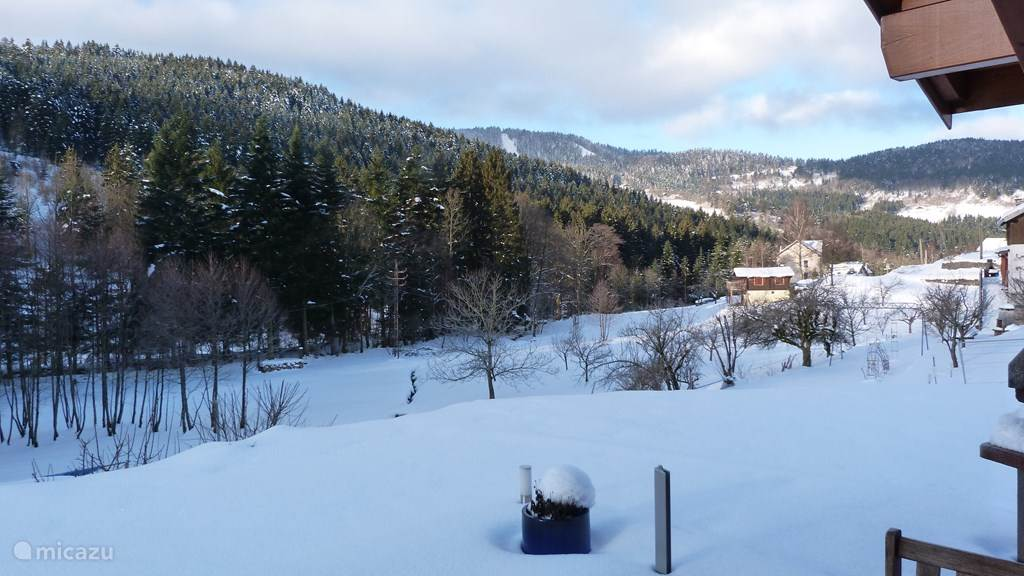 Uitzicht op de bergen vanaf het terras bij het huis
