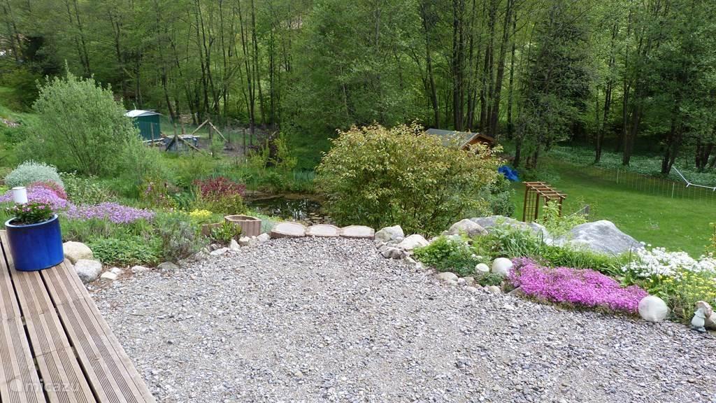Blik op de tuin vanuit het huis