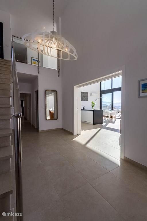 De ruime entree. De benedenverdieping is toegankelijk voor rolstoelen.