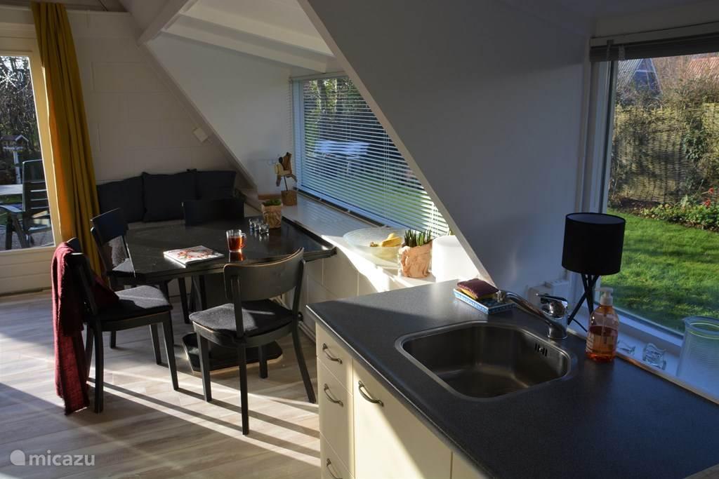 Blik van keuken naar kamer