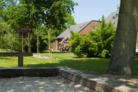 Een comfortabel vakantiehuis in een autovrij park. Veel groen en privacy. Strand en bos in de directe nabijheid. Van 17/08 tot 24/08  €475,-
