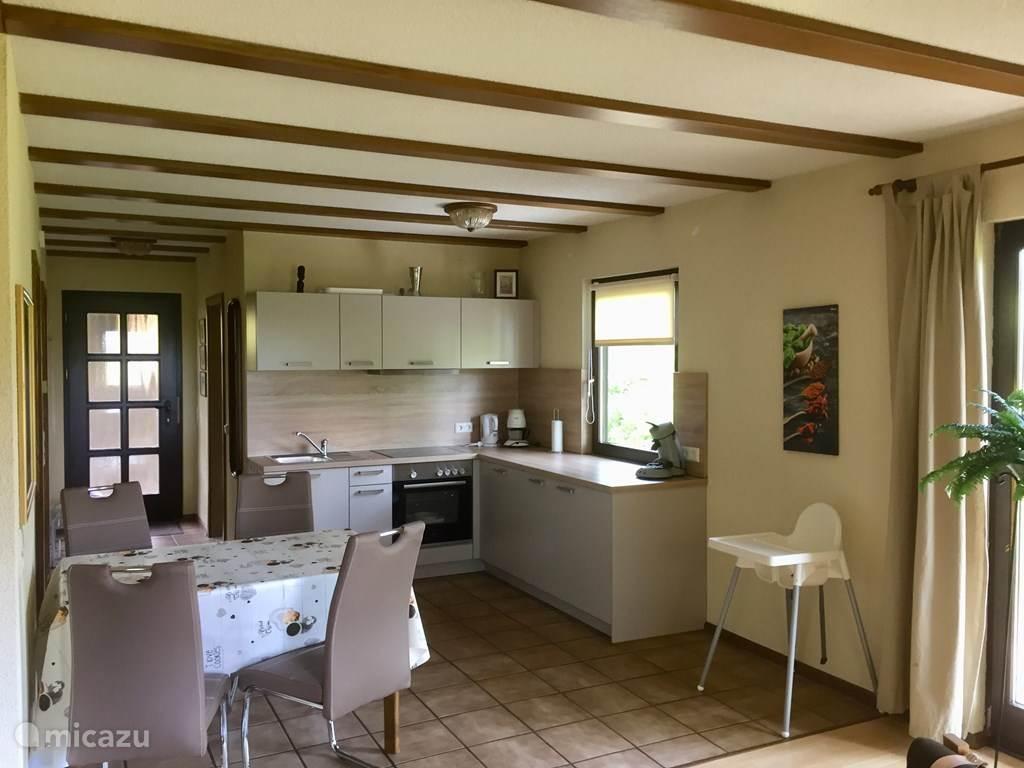 keuken met vaatwasser oven , koelkast met vriesvak en kookplaten