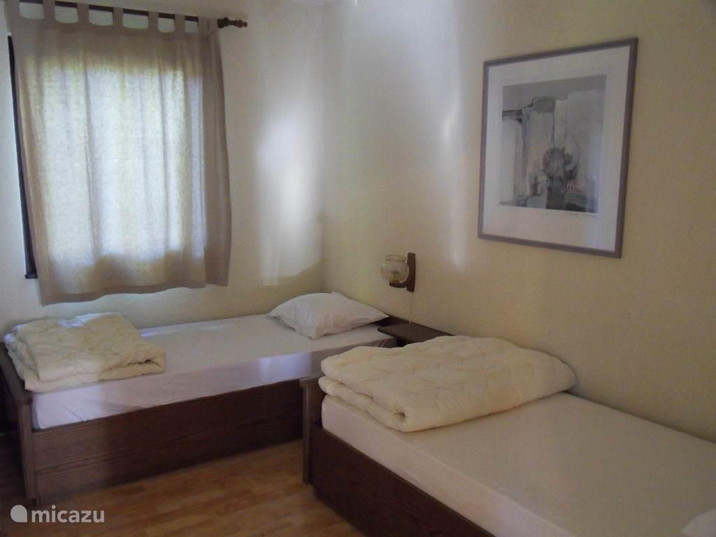 De 2e slaapkamers met 2 een-persoonsbedden