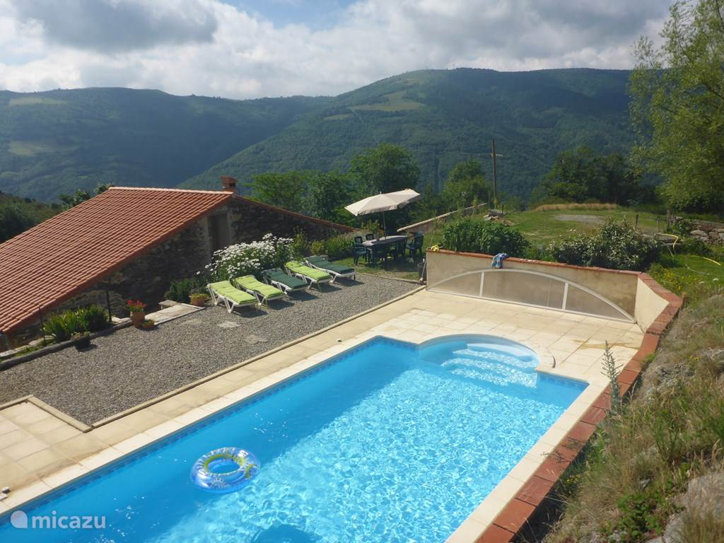 zwembad met terras, en ook hier schitterende uitzichten.