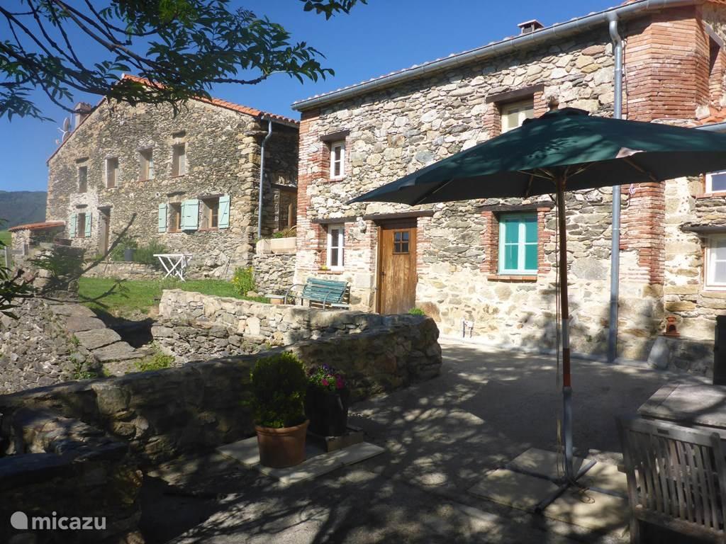 Op de voorgrond Le Camelia, daarachter het vakantiehuis: la maison de Xatart.