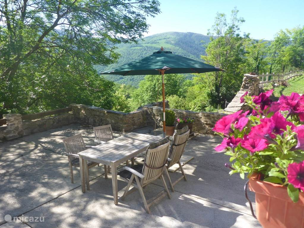 het ruime privé terras met schitterend uitzicht bij studio Le Calia