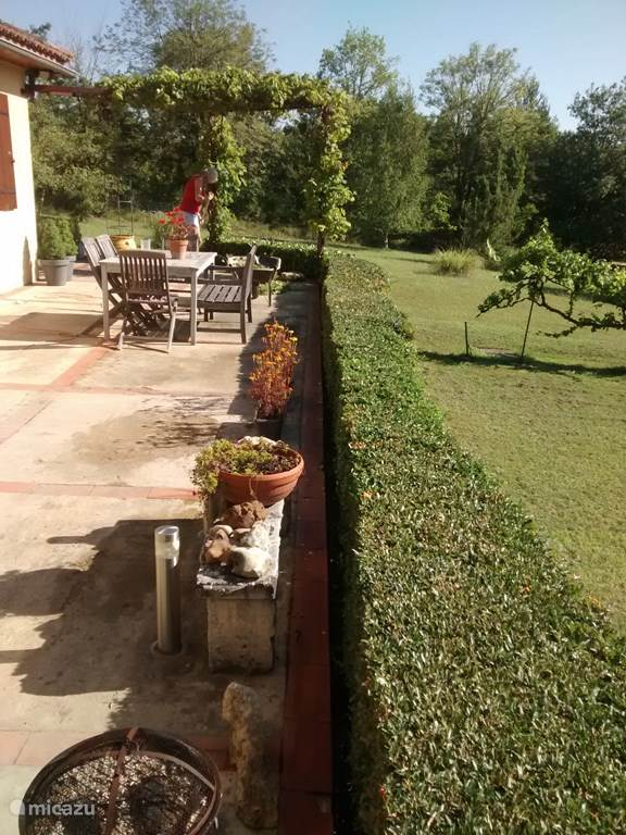 Het zonnige terras aan de voorzijde van de woning.