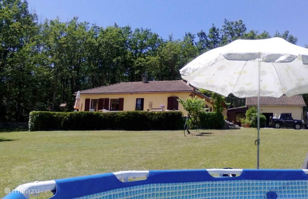 Zicht op Les Sables vanuit het zwembad.