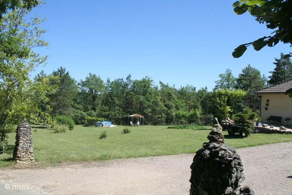 Overzicht van het terrein van een halve hectare.