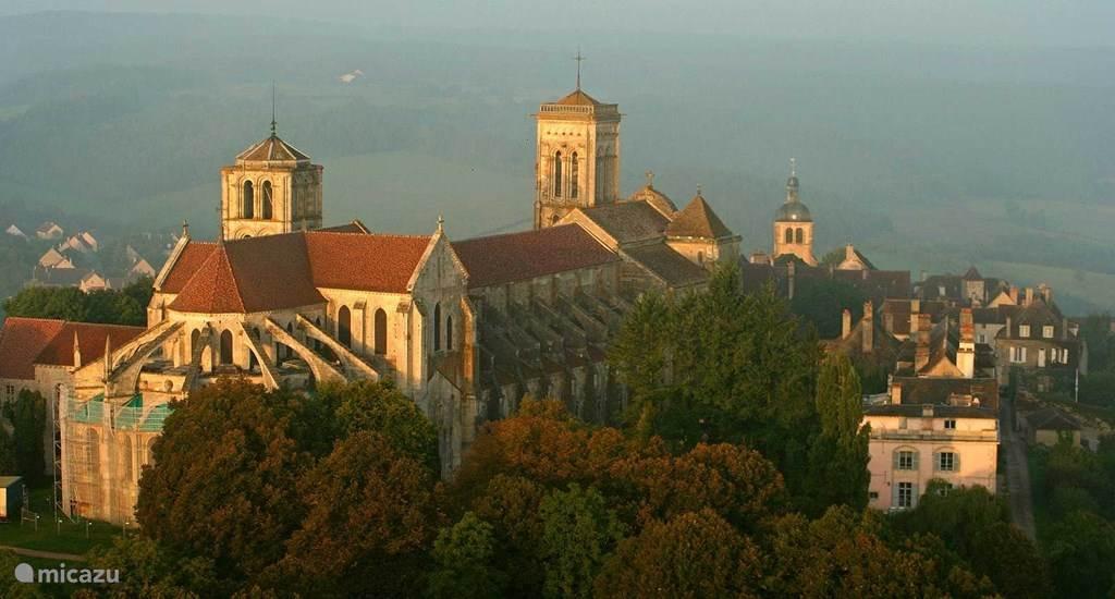 Het huis ligt aan de voet van de berg waarop Vézelay ligt, met zijn middeleeuwse kathedraal.