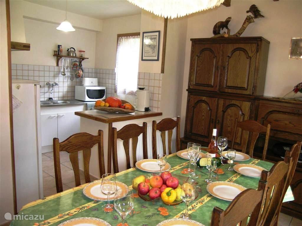 Keuken: koelkast-diepvries-kookplaat-oven-wasautomaat-vaatwas-microgolf-drukketel-koffiezet-waterkoker-alle pannen en tafelgerei