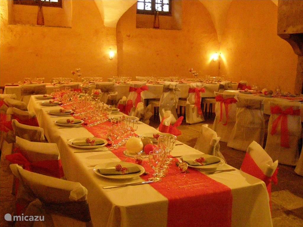 Eetzaal onder de gewelven van de voormalige keuken van het château