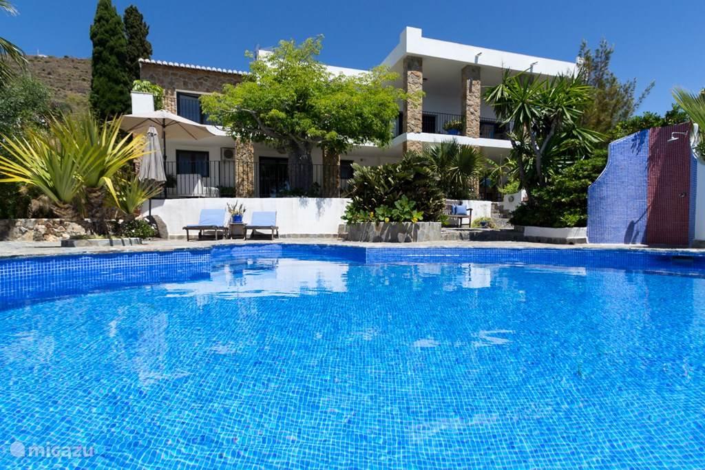Prachtige royale luxe villa met verwarmd prive zwembad en tropische tuin.