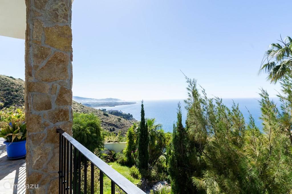 Panoramisch uitzicht op de kustlijn van Andalusie.