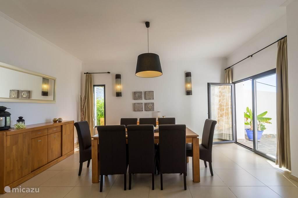 De royale eetkamer ligt tussen de woonkamer en de eetkeuken.