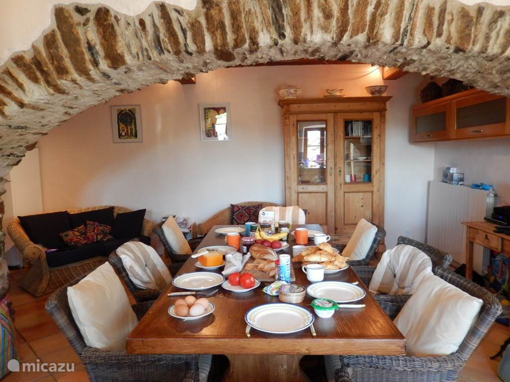 Eetkamer, onder de eeuwenoude bogen, het fundament van het huis.
