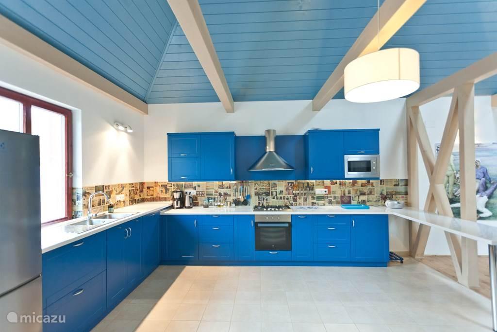De keuken is van werkelijk alle gemakken voorzien: of u nu slechts iets wilt opwarmen of een meergangendiner wilt bereiden: u hebt hier alle mogelijkheden. Het aanrecht heeft twee hoogten.