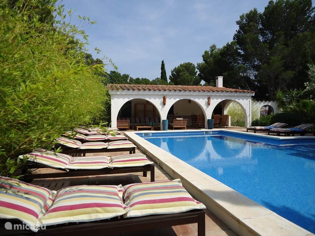 Villa TABOADA Zicht op het glasheldere grote privé zwembad met mozaïektegeltjes. Volledig omgeven door ruime zonneterrassen met zonnebedden