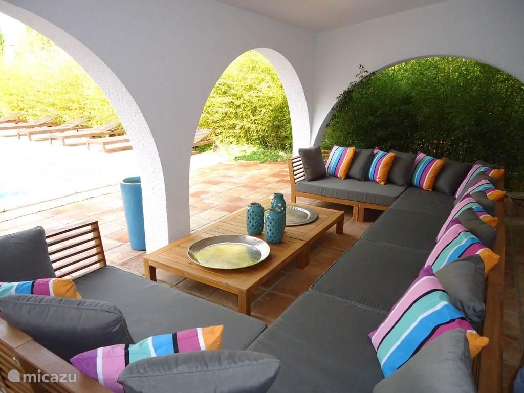 Chillen in de Lounge met zicht op het zwembad