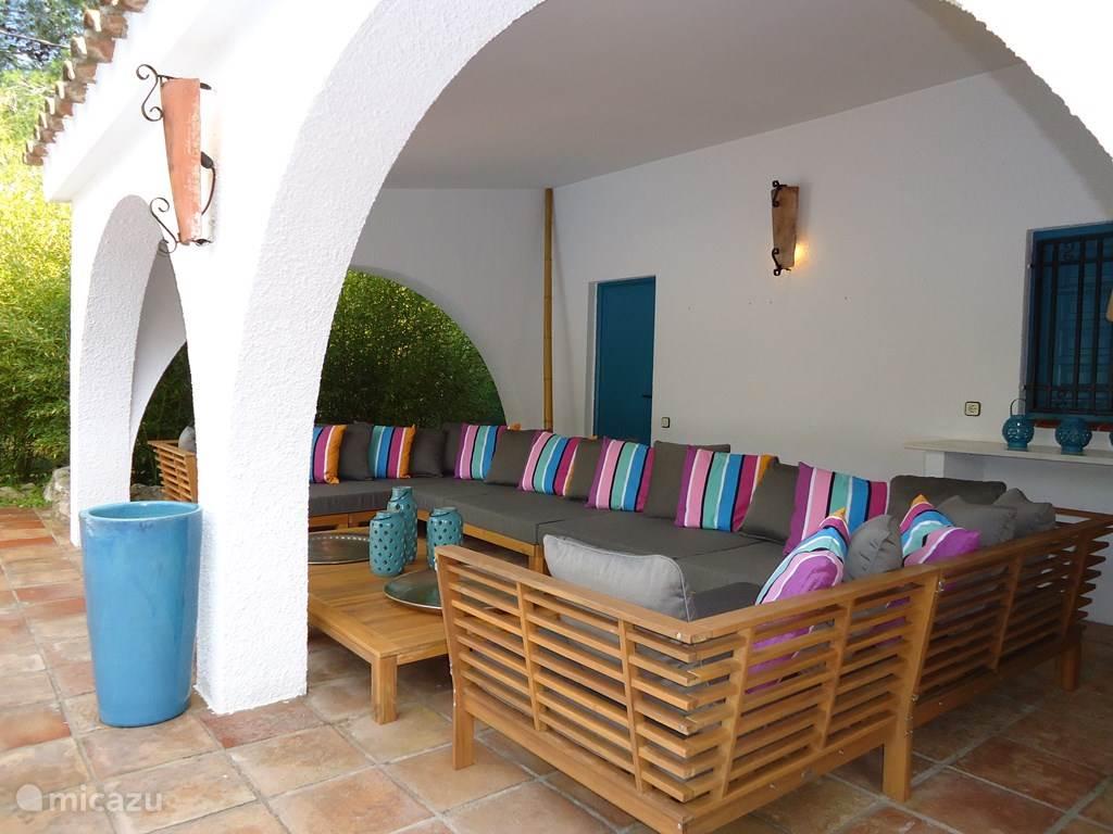 Villa TABOADA Overdekte patio met lounge zithoek gelegen aan het zwembad