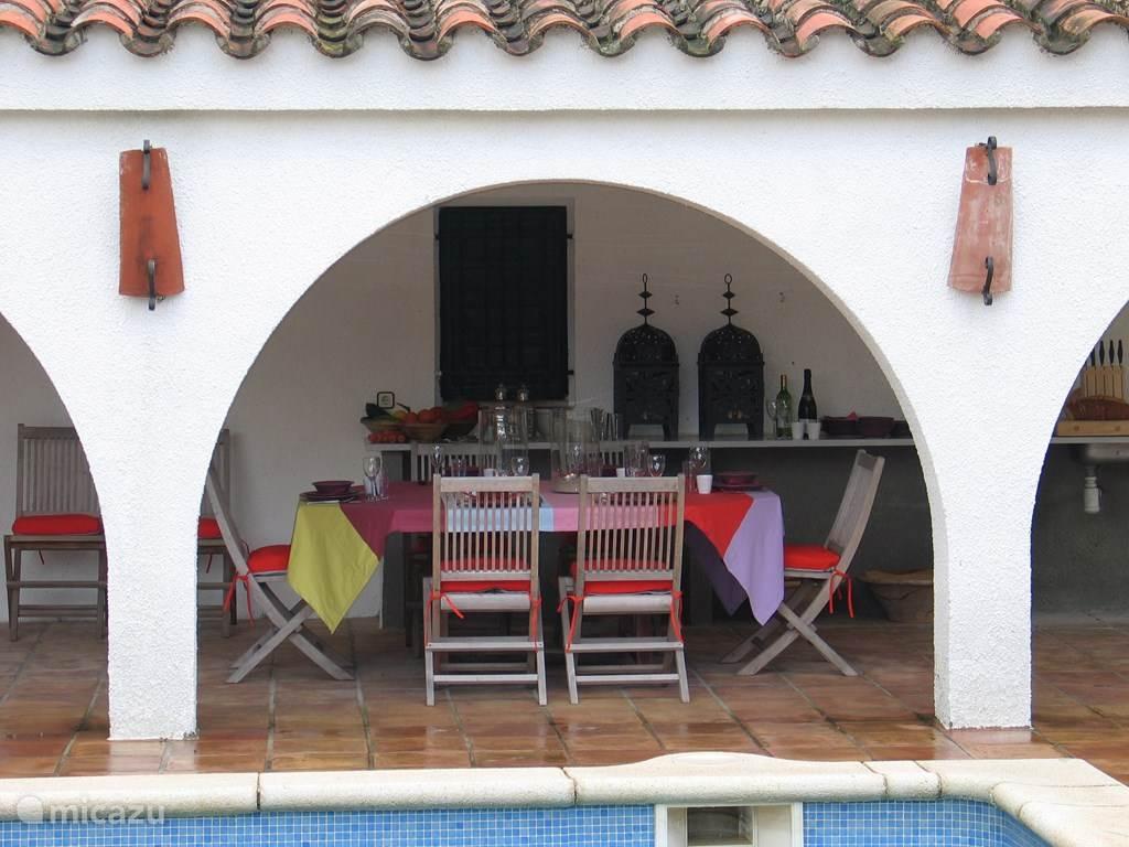 Villa TABOADA Eetplaats aan de barbecue onder de overdekte patio aan het zwembad.