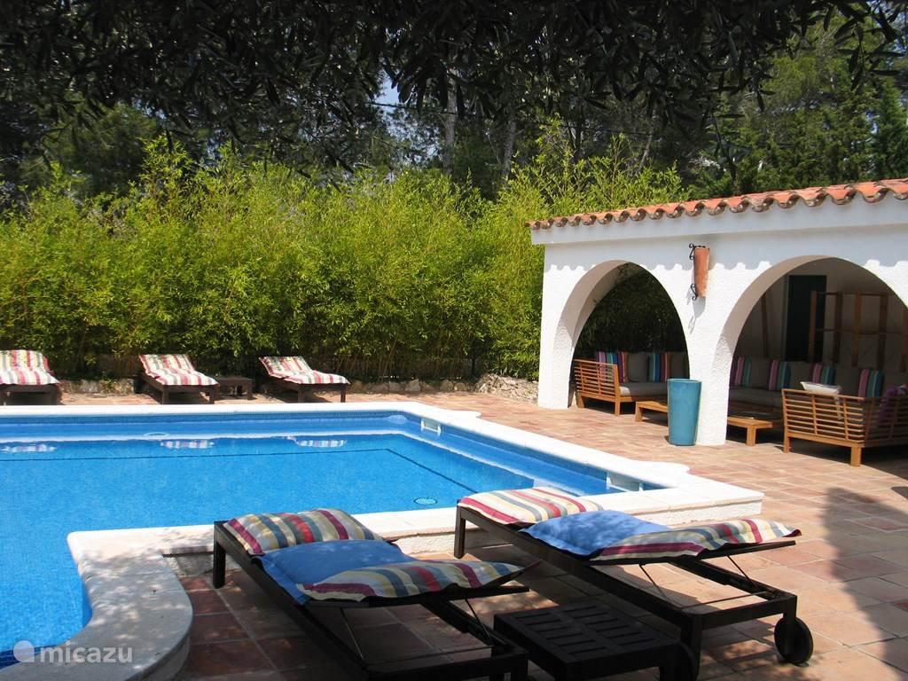 Villa TABOADA Zicht vanuit de toren op het zwembad en de overdekte lounge zone