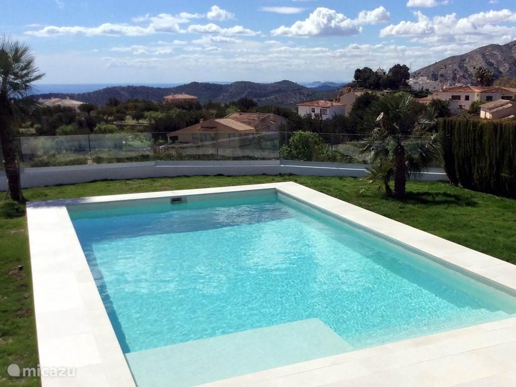 Het zwembad met zeezicht