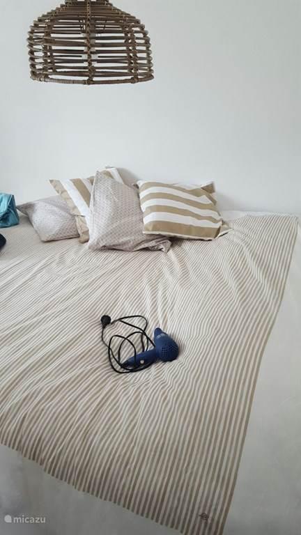 Bed in de slaapkamer
