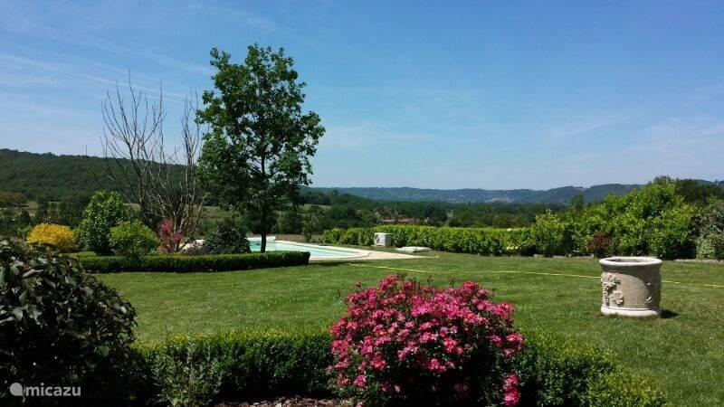 Prachtig uitzicht op de achtertuin met vergezicht.