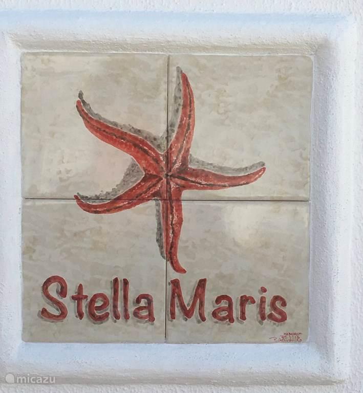 Het tegelplateau met de naam van het appartement: Stella Maris