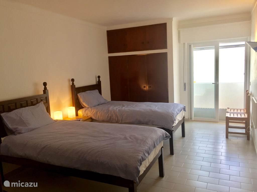 De tweede slaapkamer met twee eenpersoons bedden