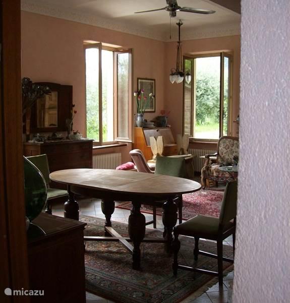 De woonkamer is ruim en heeft een prachtig uitzicht over de wijnvelden.