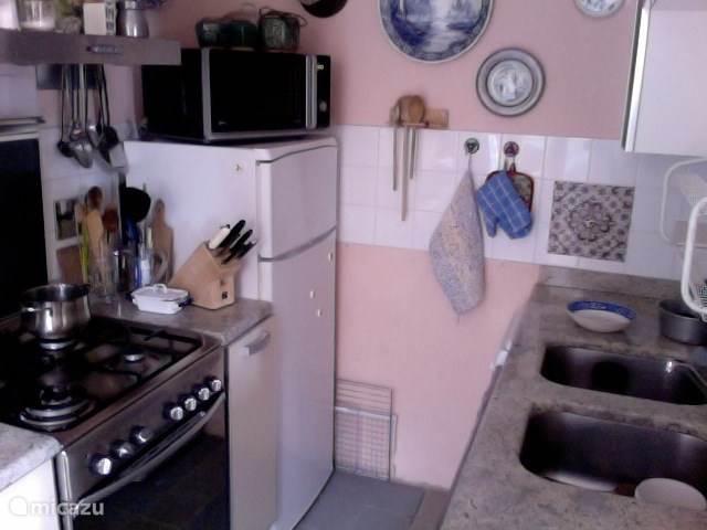 Keuken met vaatwasser fornuis magnetron en koelvriescombinatie