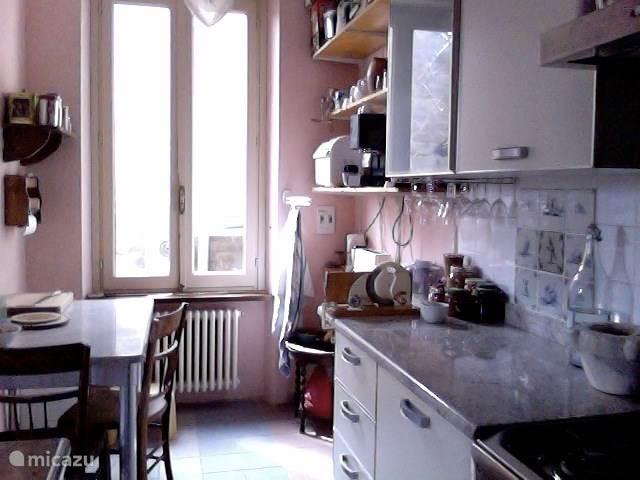 Keuken met o.a. eettafel broodbakmachine en espressomaker