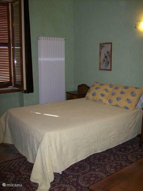 1e slaapkamer met twee persoonsbed.