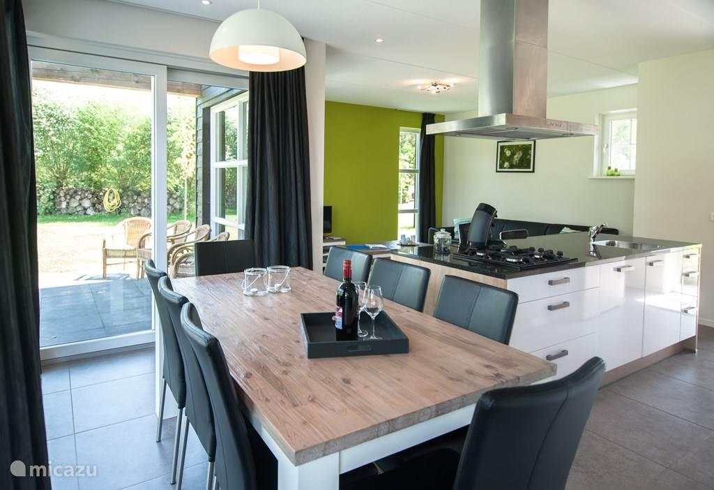 Woning Madelief: veel daglicht aan de open keuken en woonkamer.