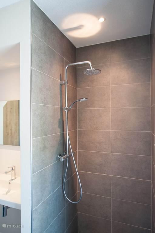 Elke doucheruimte heeft een regendouche