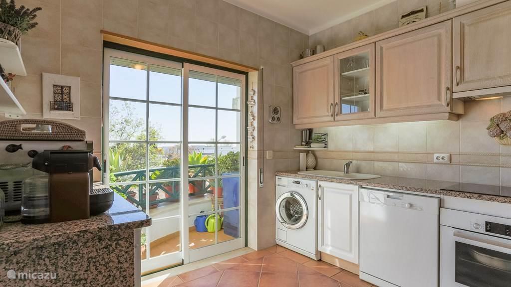 keuken met klein balkon