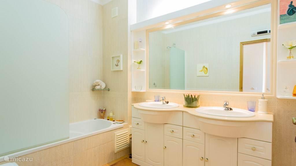 badkamer met bubbelbad,bidet en toilet
