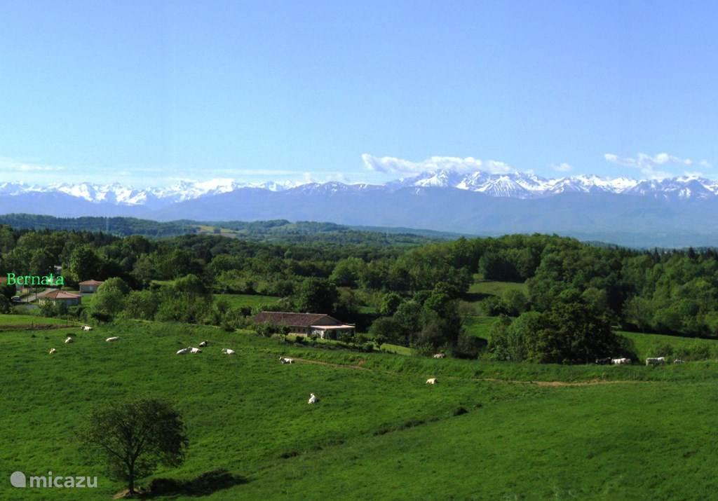 Panorama op Bernata, met de Pyreneen op de achtergrond