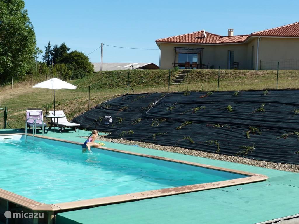 Zwembad met villa op de achtergrond