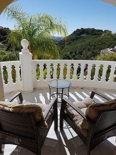 De loungestoelen met het fantastische uitzicht.