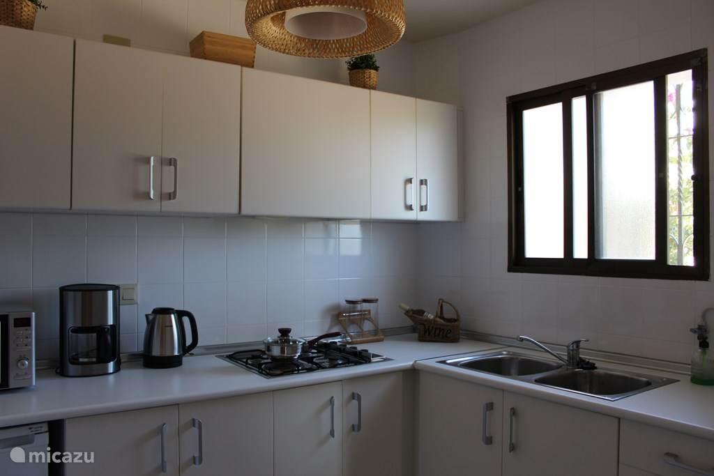 De keuken met alle apparatuur.